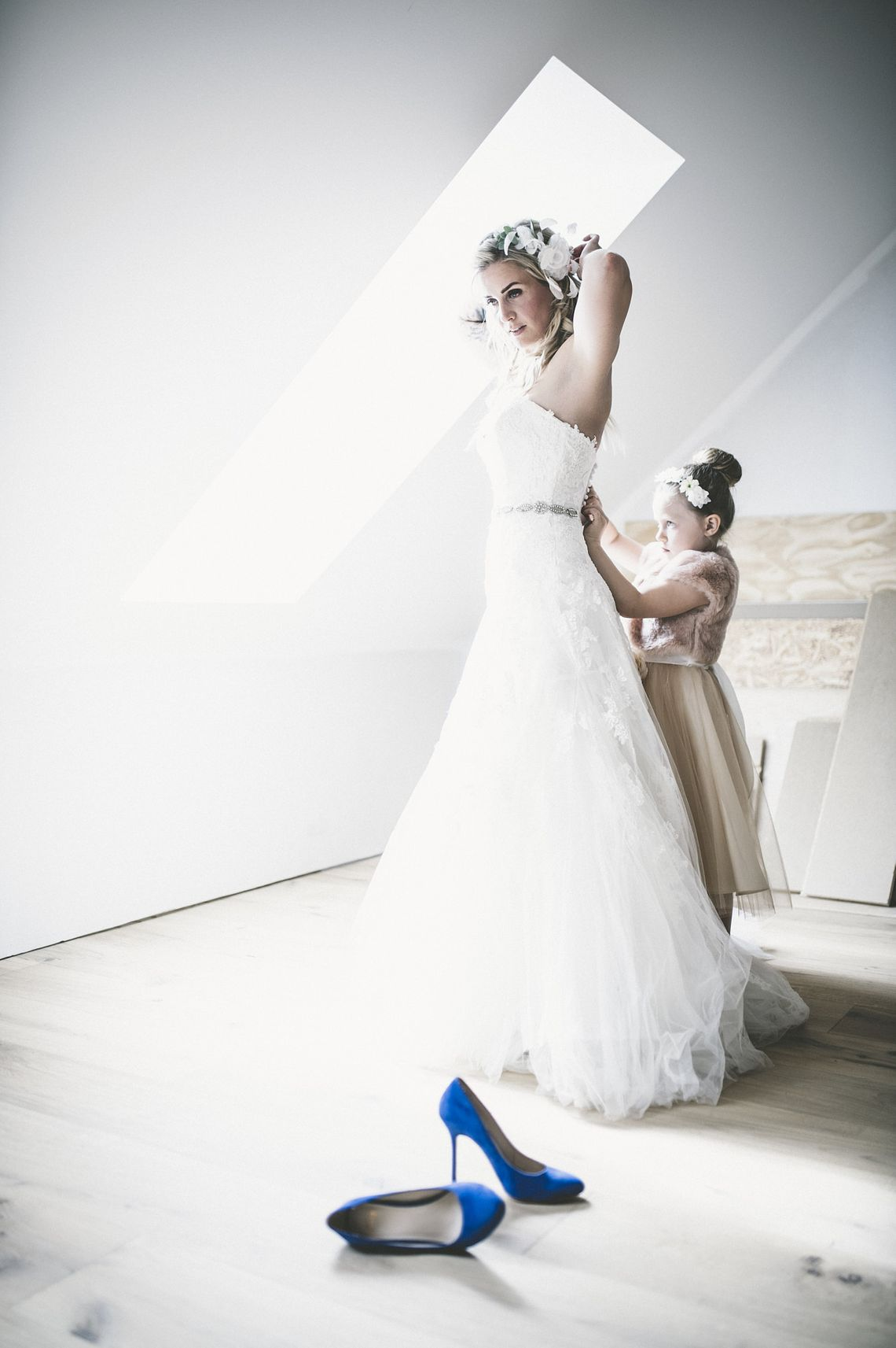 bride, wedding party, brudfölje, förberedelser, wedding preparations, hair, håruppsättning, wedding, dress, blue, shoes, high heels,
